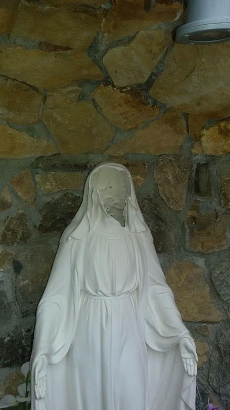 Sfigurato il volto della statua della Madonna al Parco della Biodiversità di Catanzaro