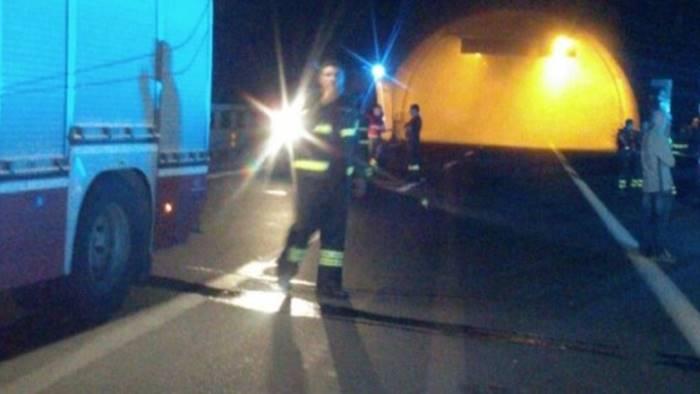 Irpinia, auto prende fuoco in galleria: paura per alcuni ragazzi