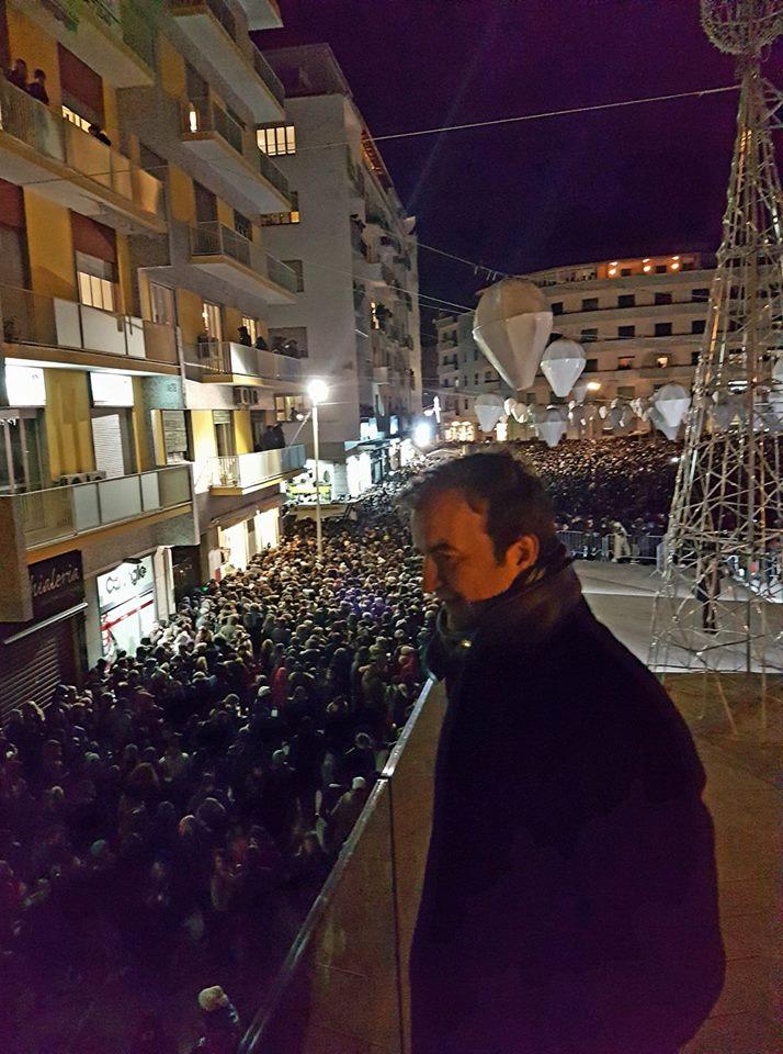 FOTO - Alvaro Soler a Cosenza, prima in Comune e poi in piazza per il concerto di Capodanno