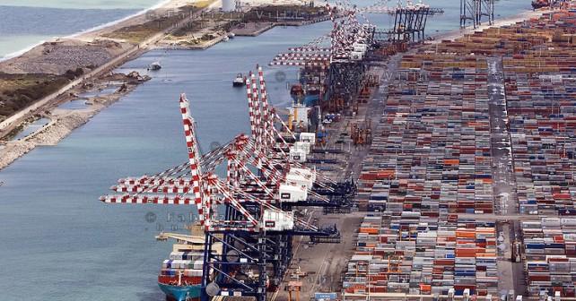 Rilancio del porto di Gioia Tauro, firmato l'accordo. Delrio: «Ambizioso progetto di riconversione industriale»