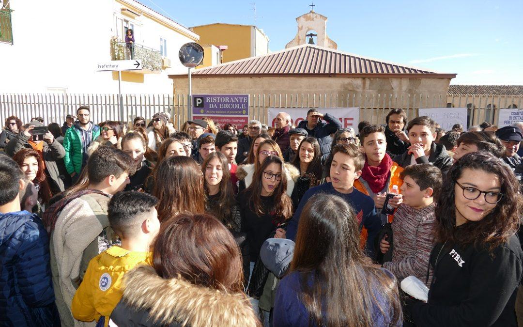 Aeroporto di Crotone, presidio per chiedere certezze  Blocco sulla statale 106 e proteste per l'isolamento
