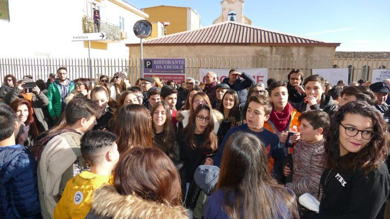 Aeroporto di Crotone, presidio per chiedere certezzeBlocco sulla statale 106 e proteste per l'isolamento