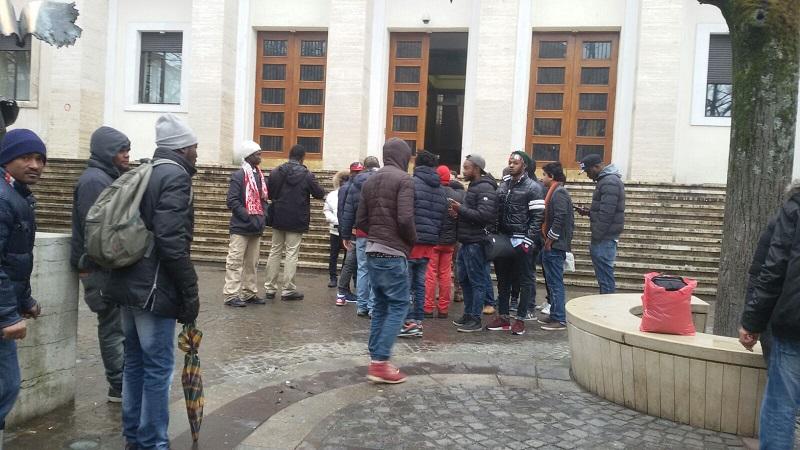 Richiedenti asilo protestano davanti alla Prefettura di Cosenza: chiedono assistenza e servizi adeguati
