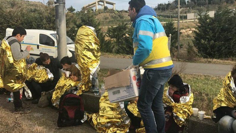 Sbarco di immigrati sulle coste crotonesiGiunti su un gommone: molti i bambini soccorsi