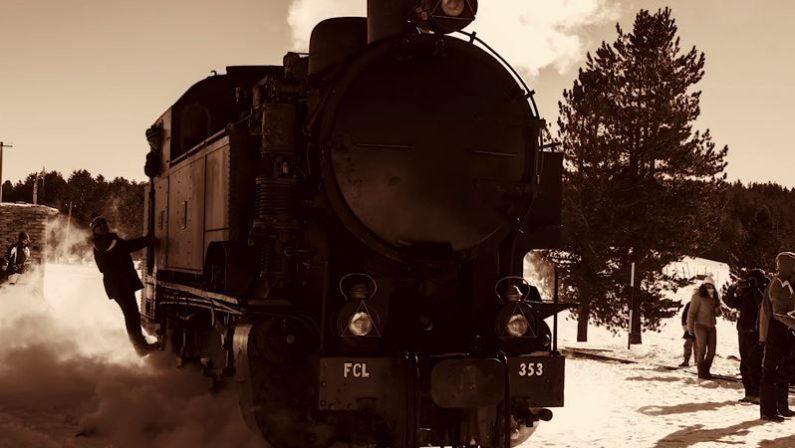 Lo storico trenino a vapore attraversa la Sila cosentina sommersa dalla neve