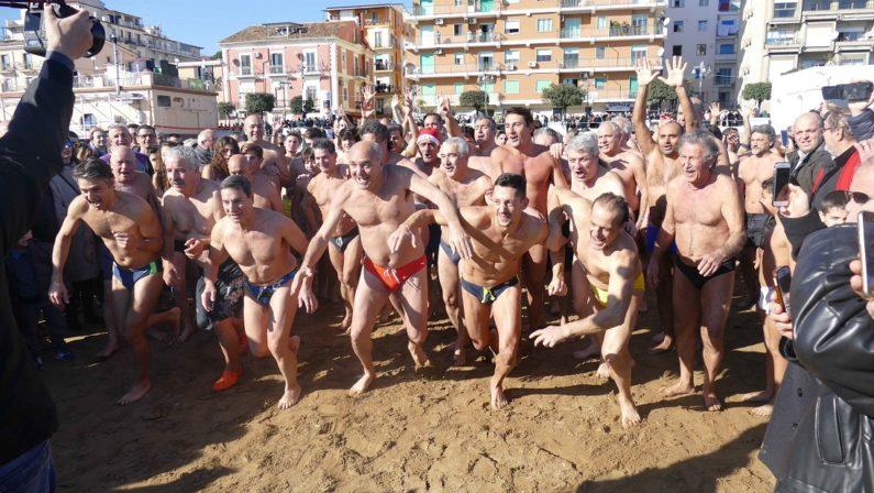 Tuffo in mare a Capodanno: tradizione rispettata a Crotone, Catanzaro e Reggio Calabria