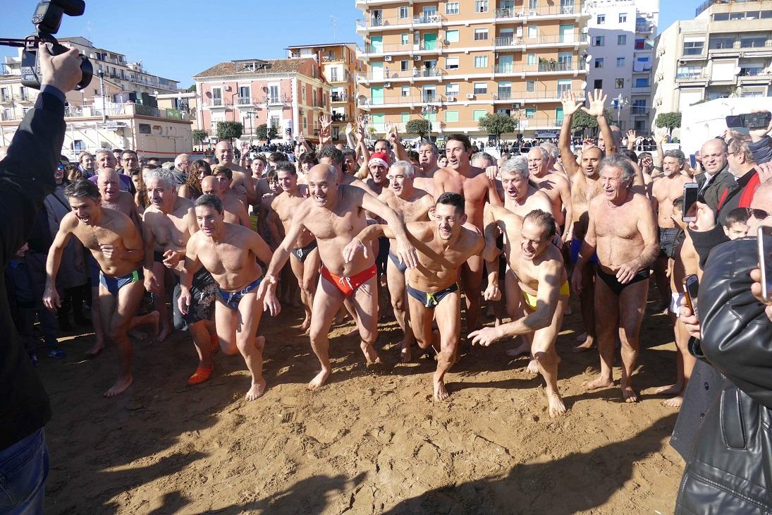 FOTO - Record di adesioni per il tradizionale tuffo di Capodanno di Crotone