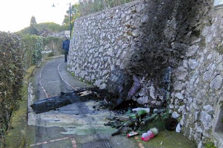 In fiamme contenitori di rifiuti a Capri