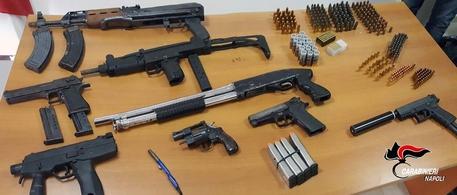 """Sottratto arsenale alla Camorra nel napoletano, trovata anche """"pen gun"""""""