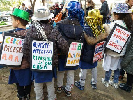 Napoli, alunni festeggiano il Carnevale ma rivogliono la palestra