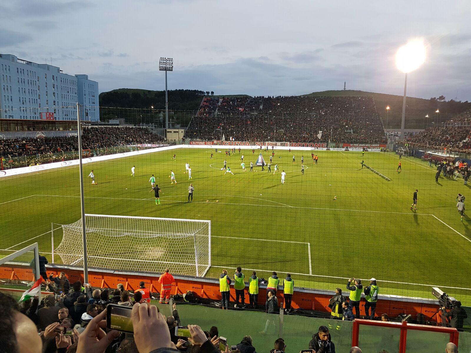 Calcio Serie A, la festa dei tifosi allo ScidaI cori di Rino Gaetano a Crotone-Juventus