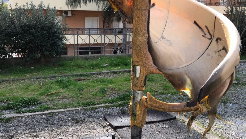 FOTO - Distrutto dalle fiamme il parco giochiLe immagini della struttura distrutta