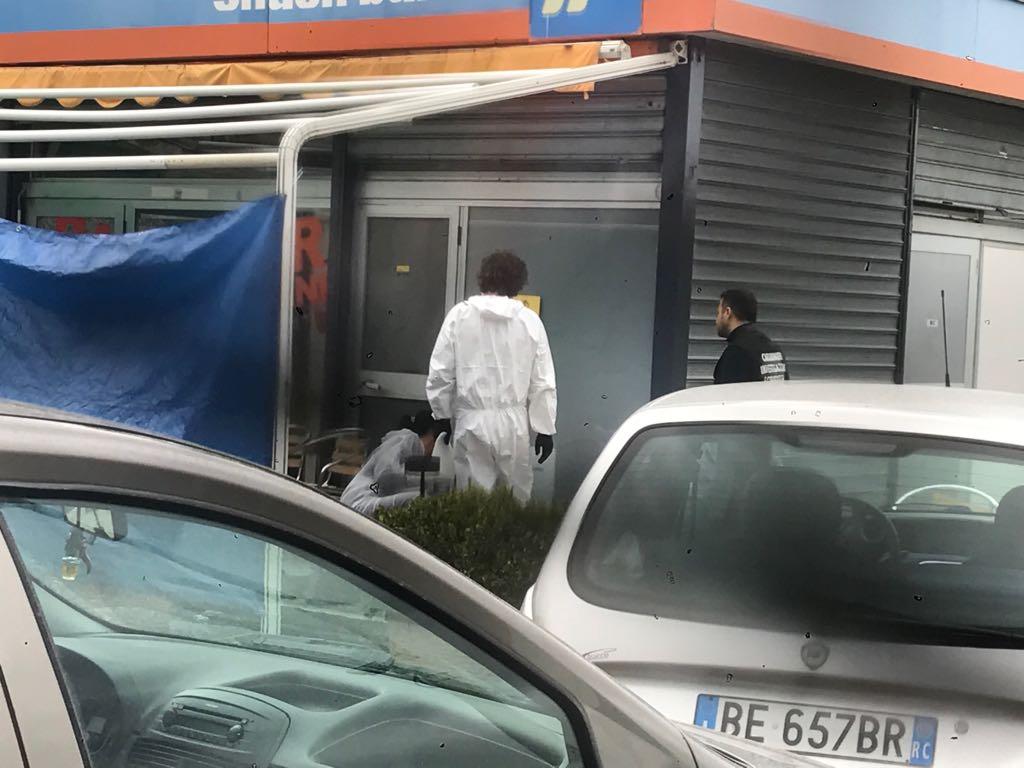 Omicidio all'alba in un bar del Catanzarese, ucciso un uomo a colpi di arma da fuoco