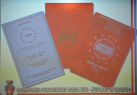 Passaporti falsi del Regno Unito venduti online nel napoletano