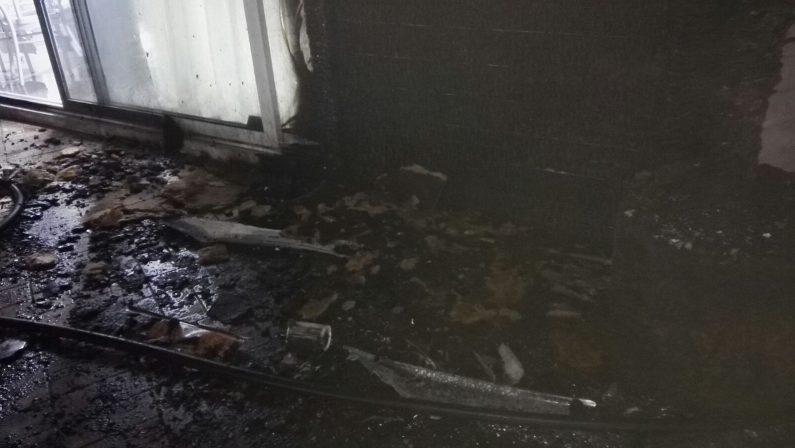Incendiato nella notte un ristorante nel LametinoMalviventi hanno appiccato il fuoco con copertoni