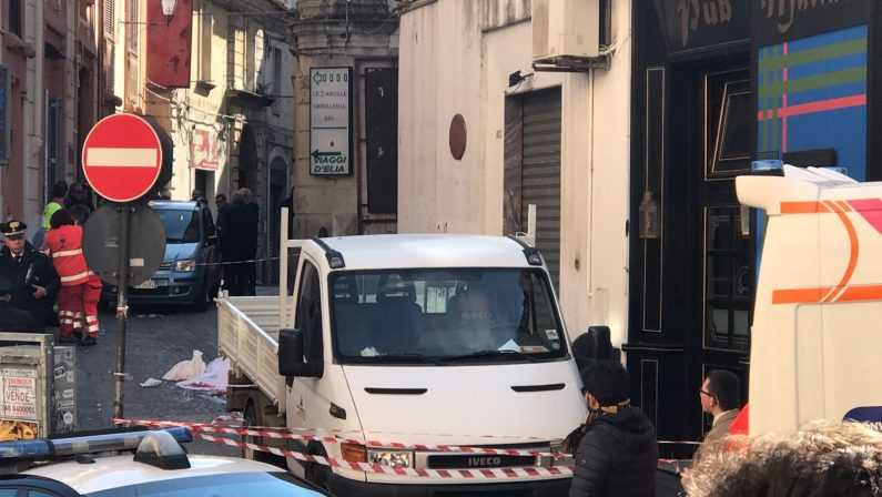 Donna muore travolta da un camion in retromarcia  Tragedia in pieno centro a Catanzaro, indagini