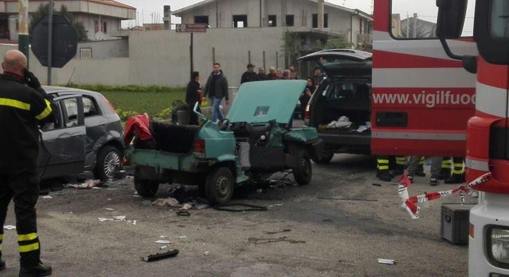 FOTO – Incidente a Locri, un morto e sei feriti  Autovettura distrutta nel violento impatto