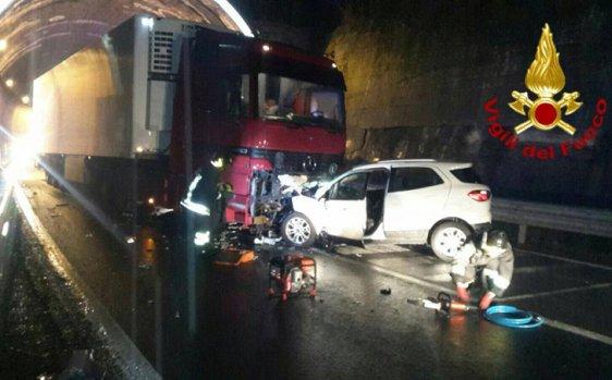 Violento schianto auto-autocarro sull'Ofantina: 29 anni ferita