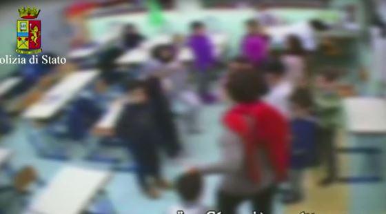 Le immagini delle telecamere in classe