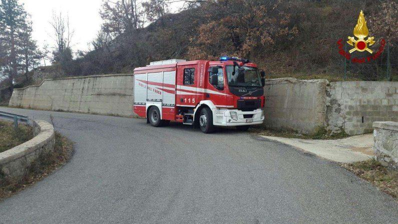 FOTO - Crolla un palo di cemento dell'Enel, muore un giovane operaio nel Crotonese