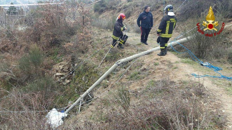 Tragedia nel Crotonese: crolla un grosso palo di cemento dell'Enel, muore un operaio rimasto schiacciato