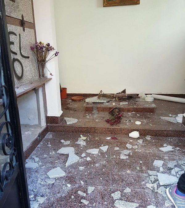 FOTO – Loculi distrutti e minacce nella cappella di famiglia dell'ex sindaco di Nicotera