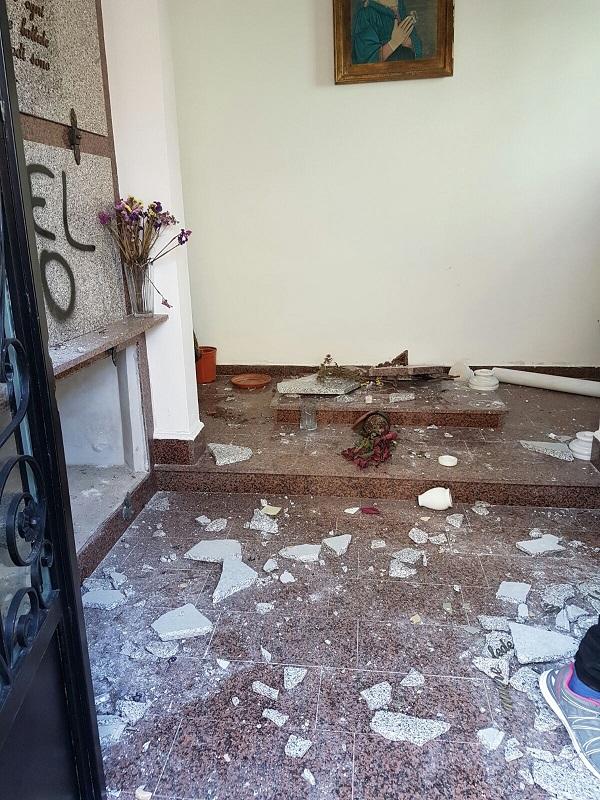 FOTO -Loculi distrutti e minacce nella cappella di famiglia dell'ex sindaco di Nicotera