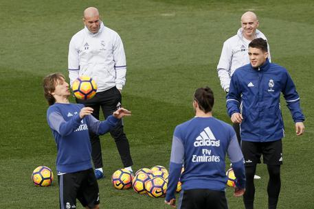 Napoli, arriva il bus del Real Madrid: urla e fischi