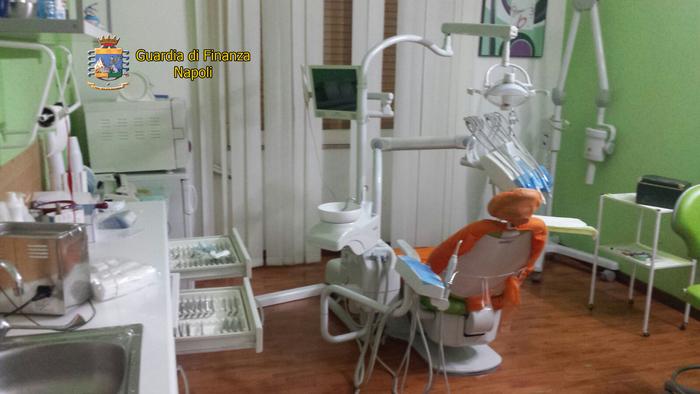 Denunciato falso dentista a Napoli