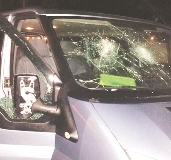 Calcio, aggressione ai tifosi del Cosenza a PaganiPulmino circondato e danneggiato con pietre