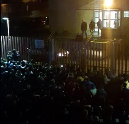 VIDEO - Omicidio di Antonella Lettieri a Cirò Marinala folla inferocita davanti la caserma dei carabinieri