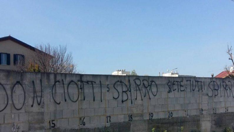 Frasi offensive sui muri di Locri, le telecamere avrebbero incastrato gli imbrattatori