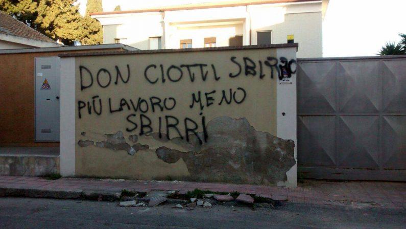 Scritte ingiuriose a Locri, la condanna unanimedi istituzioni, forze sociali e sindacali:«Ignobili»