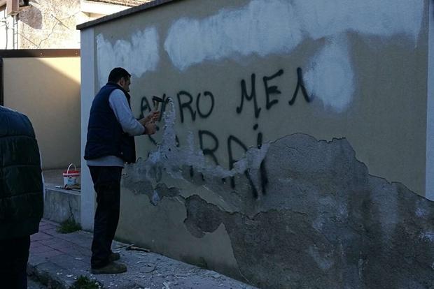 Dopo Mattarella scritta sul muro del vescovado   La minaccia a Locri: «Più lavoro meno sbirri»