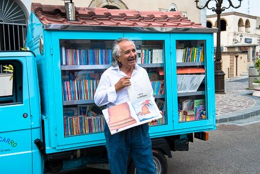 Ecco il Bibliomotocarro: in 16 Comuni lucani la biblioteca viaggiante del maestro La Cava
