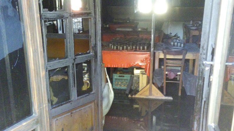 FOTO - Incendio a Squillace Lido, distrutto ristoranteLa cena di Afrodite divorata dalle fiamme
