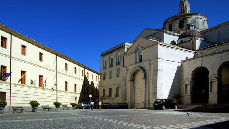 Crolla il soffitto di una cappella del DuomoA Catanzaro allarme sulla imponente struttura