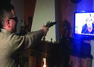 Sacerdote punta pistola contro tv con la Camusso: la foto diventa virale su Facebook, poi le scuse