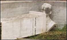 Il busto del luminare di Grassano abbandonato tra le erbacce