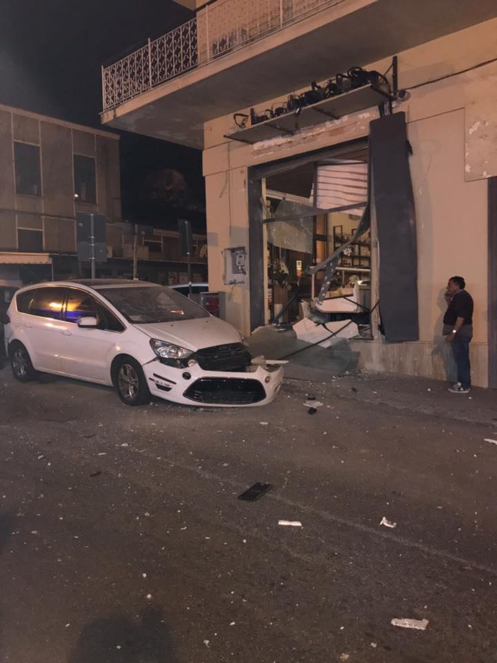 Bomba distrugge un negozio a Lamezia nella notte  I titolari parenti di un collaboratore di giustizia