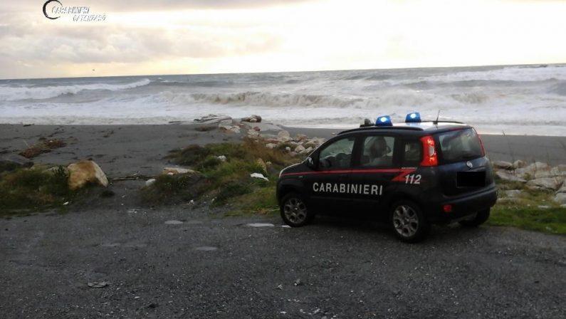 Tragedia sfiorata a Falerna, il marito lancia l'allarmee i carabinieri salvano una donna dal mare in tempesta