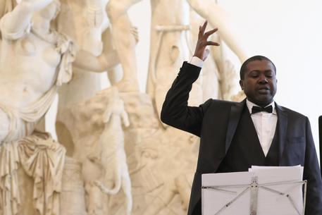Tenore ivoriano canta contro razzismo in Campania
