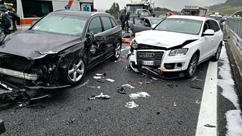 Violenta grandinata in autostrada provoca incidenteSbandano una decina di veicoli, tre feriti a Palmi