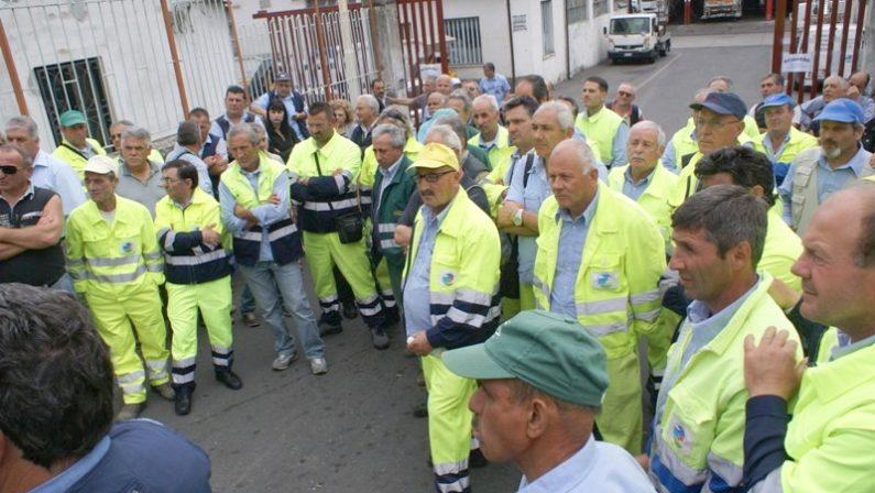 Lamezia, protesta dei lavoratori alla MultiserviziSit-in davanti la sede e blocco della raccolta dei rifiuti
