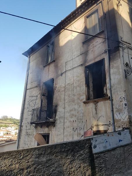 Usa un accendino per cercare il pallone, ragazzino dà fuoco a un intero palazzo a Cosenza
