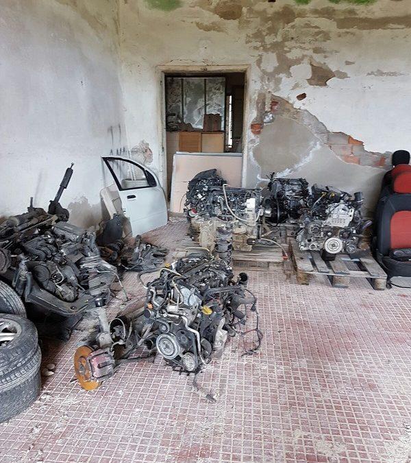 Pezzi di auto risultate rubate nel deposito scoperto dai Baschi verdi