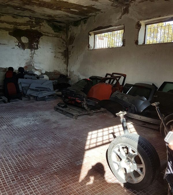 FOTO – Scoperto nel Cosentino un deposito contenente parti di auto risultate rubate