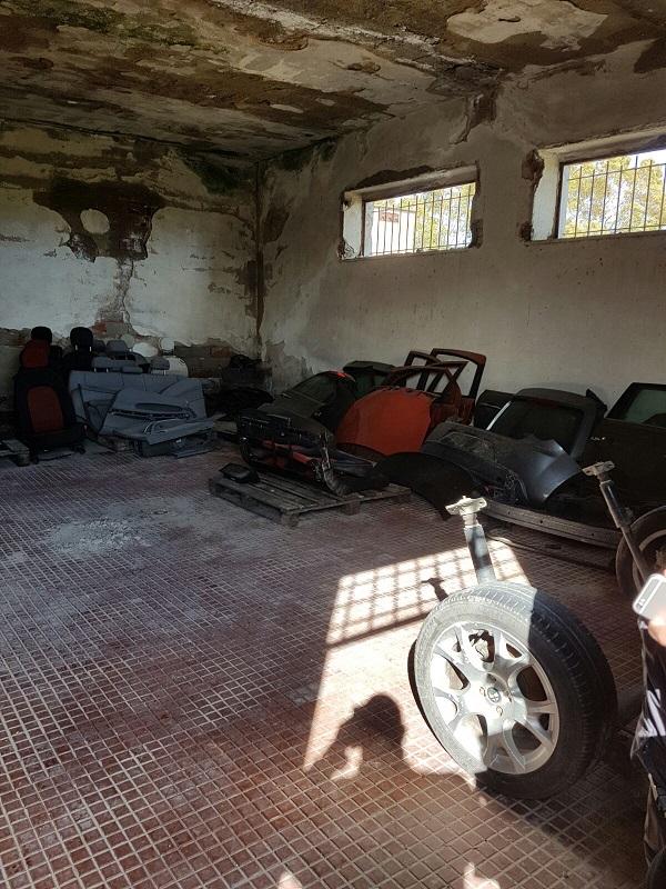 FOTO - Scoperto nel Cosentino un deposito contenente parti di auto risultate rubate