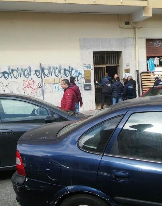 Spari contro un portone in pieno centro a Crotone, indaga la polizia scientifica