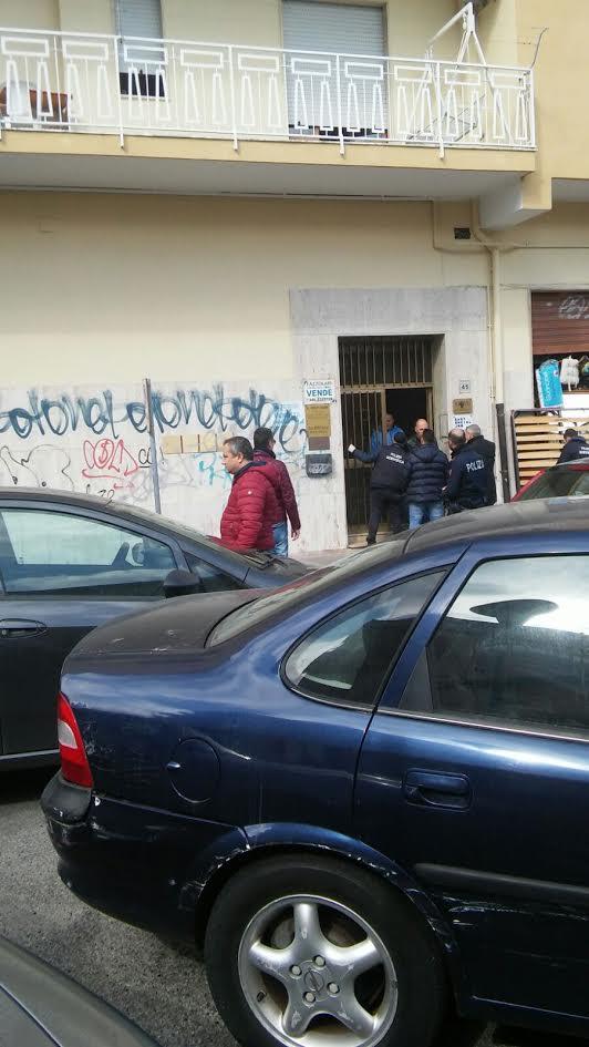Danneggiato un portone in pieno centro a CrotoneSull'episodio indaga la polizia scientifica